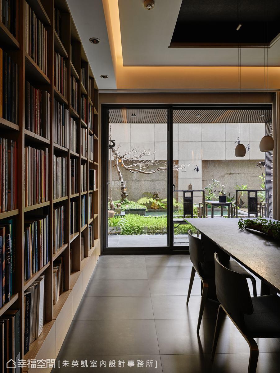 大面落地窗引窗外自然光影入室,洽談辦公的同時還能一邊享受愜意美景。