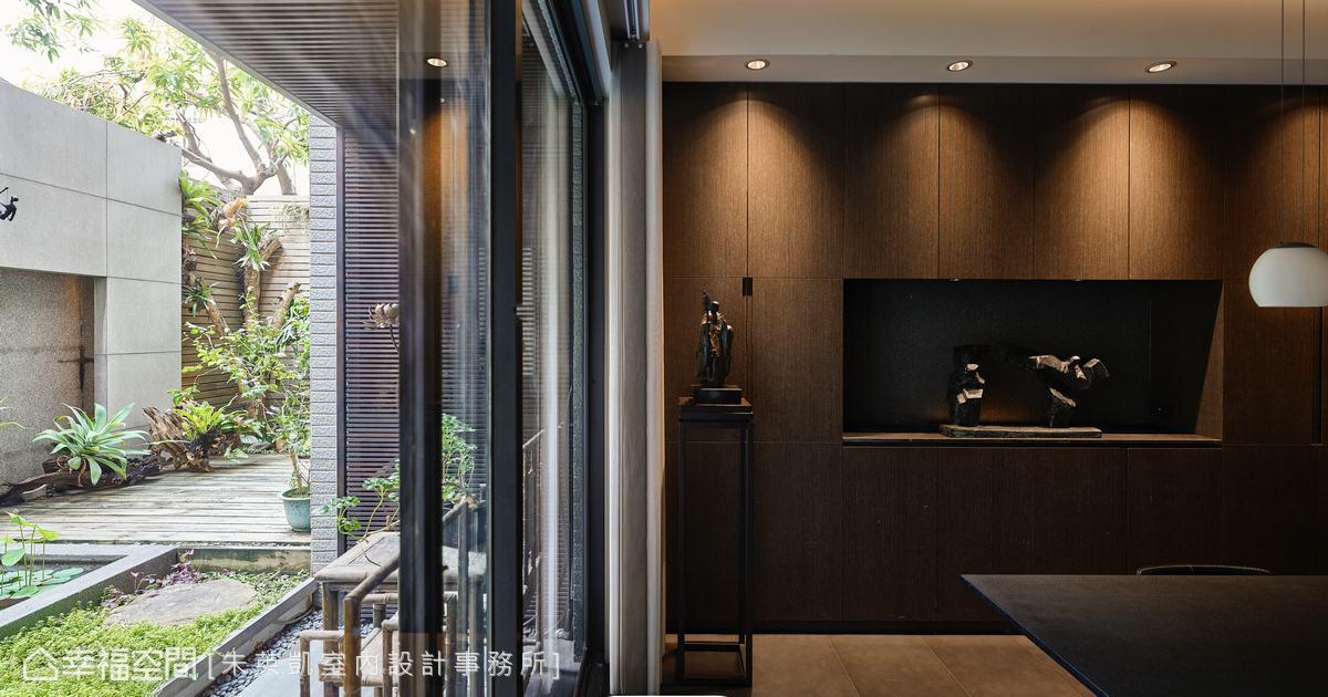 以內斂沉穩木紋收納櫃平衡內外調性,中間設置展示檯面擺放藝術品,在素雅中更增添人文氣息。