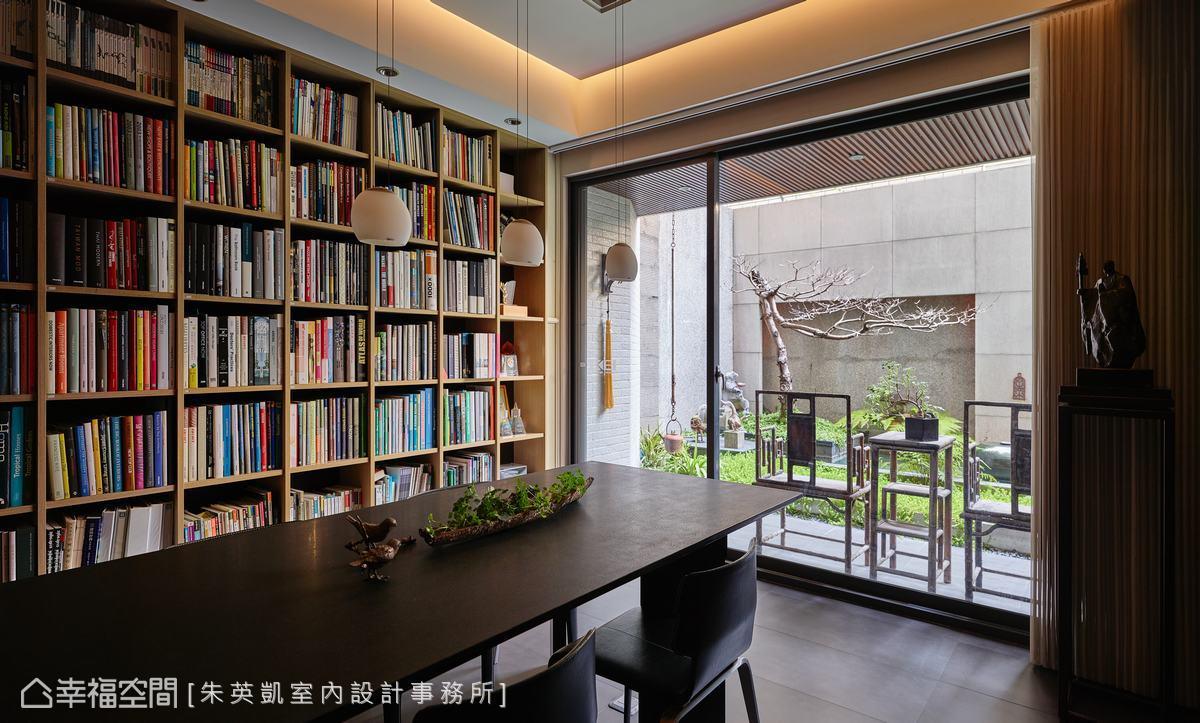 洽談區設置整面書牆,提供完整的資料庫讓客戶順利闡述自己喜愛的風格,同時也成了室內的知性設計之一。