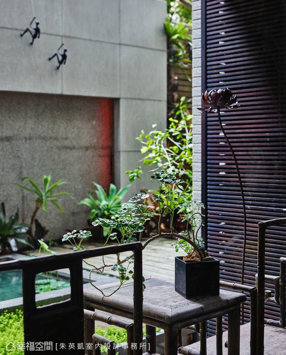 木竹節椅與木桌置於庭院,結合自然綠意,營造人文東方古典質韻。