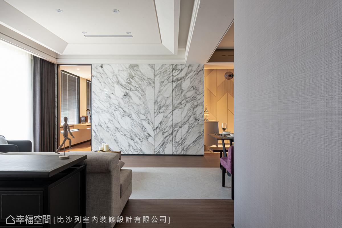以雕刻白大理石形塑磅礡大氣,深淺灰的石材紋路加上分割線,提升整體的質感。