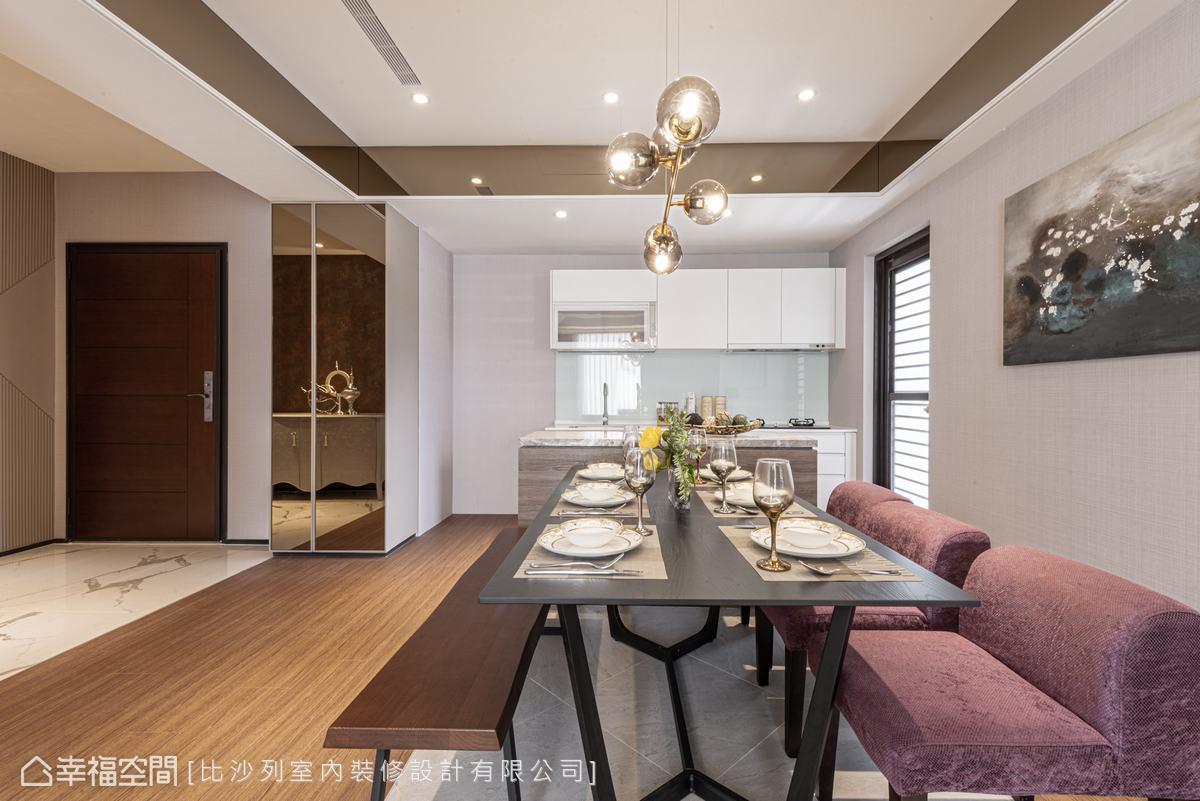 將廚房的隔間牆打掉,以中島銜接廚房與餐廳,視野更開闊、空間更透亮。