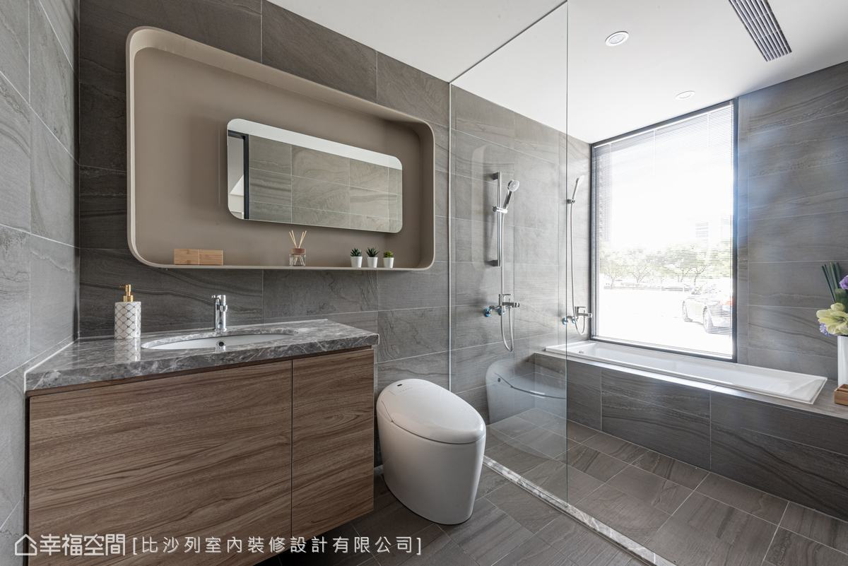溫暖的大地色磁磚,點綴木紋櫃體,搭配灰色紋路的石材檯面,讓空間敞朗、寬廣。