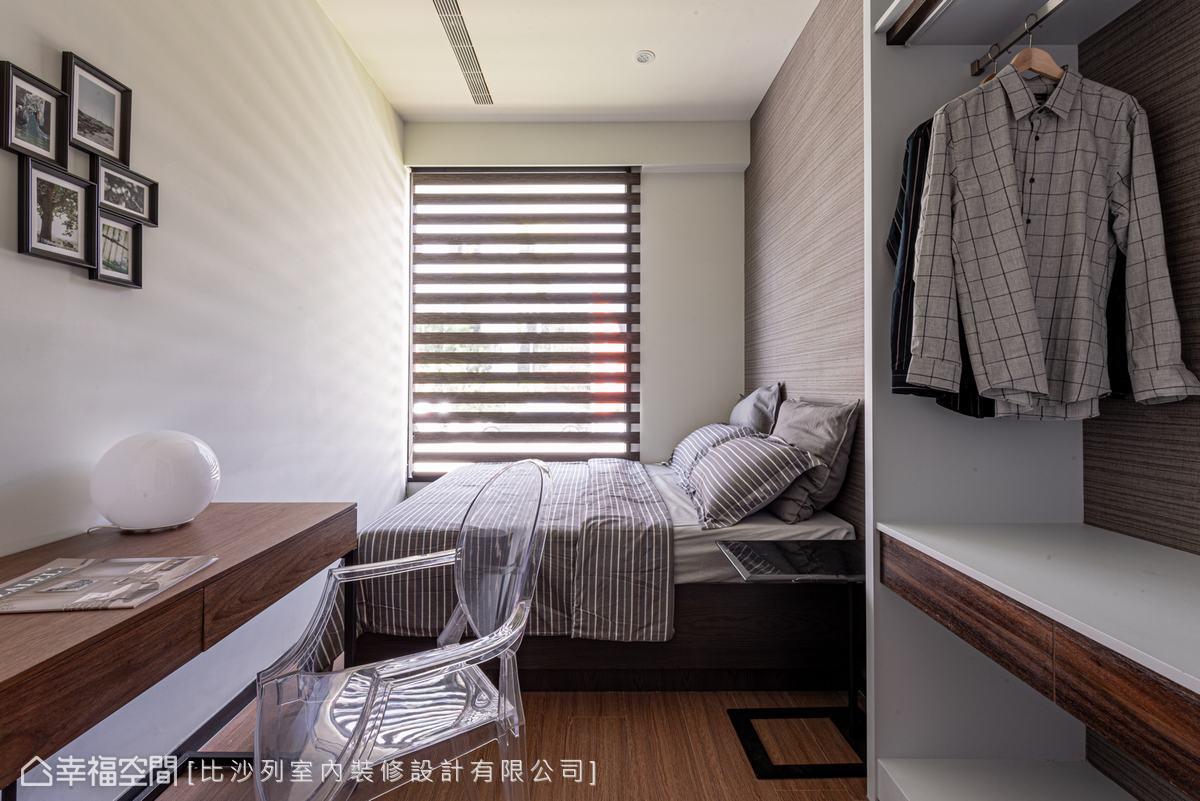 深色百葉窗,搭配木紋書桌及開放式衣櫃,簡單配色,展現沉靜典雅。