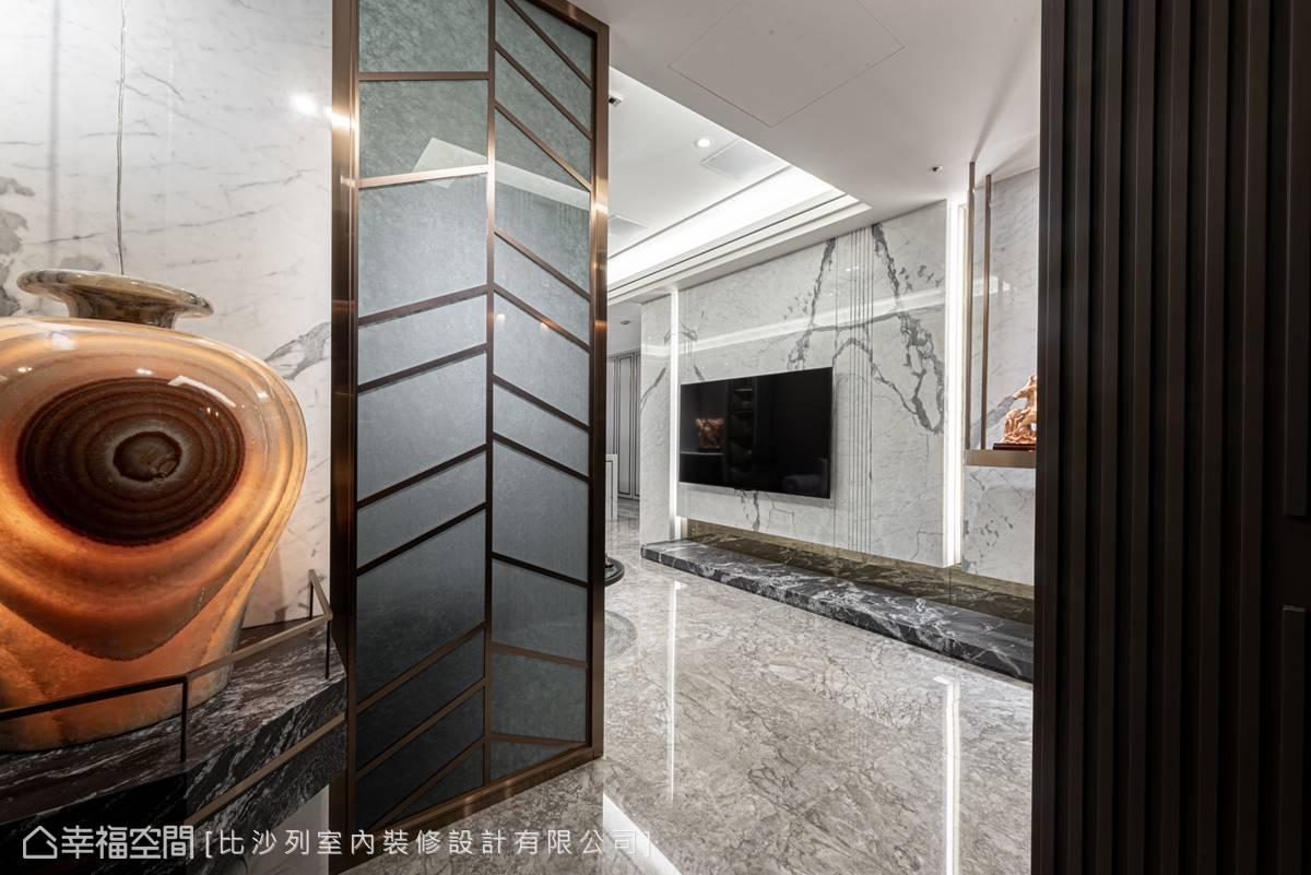 入門即運用燈光、大理石及金屬襯托花瓶優美的石紋脈絡,點出藝術人文主題。