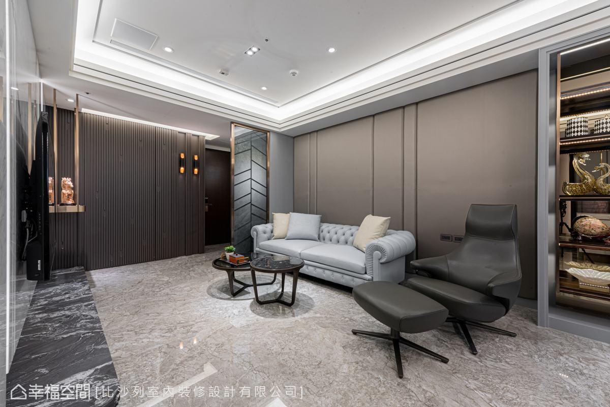 深淺石材的運用砌疊豐富空間層次,鋪陳出不張揚的奢華,並完美襯托出進口家具的獨特。