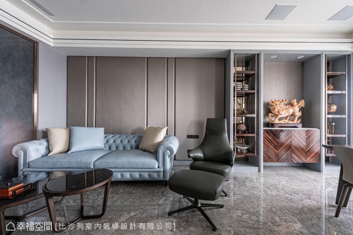 鍍鈦金屬的高冷,與沙發、繃布的柔美合而為一,創造恰到好處的視覺平衡。