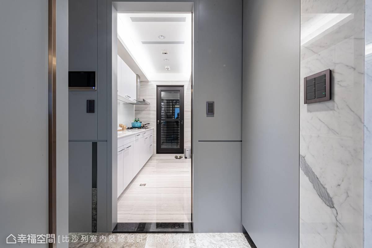 藉由半透明的推拉門彈性定義開放或封閉,櫥櫃面板皆使用白色,放大視覺尺度。