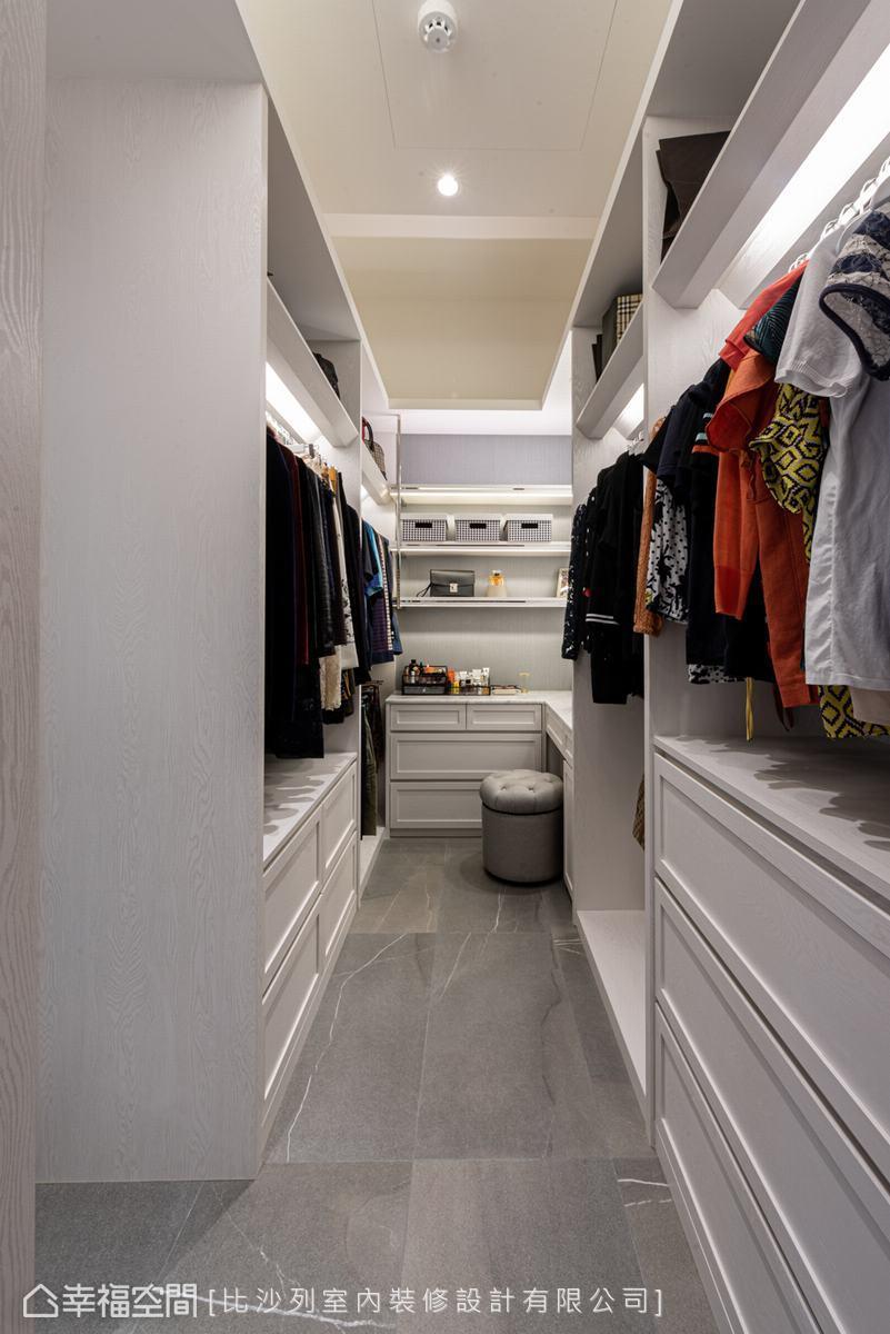 內嵌式燈條照亮櫃體內部,使物品一目瞭然,便於屋主拿取。多元形式的收納,讓物品各有歸屬,維持整潔度。