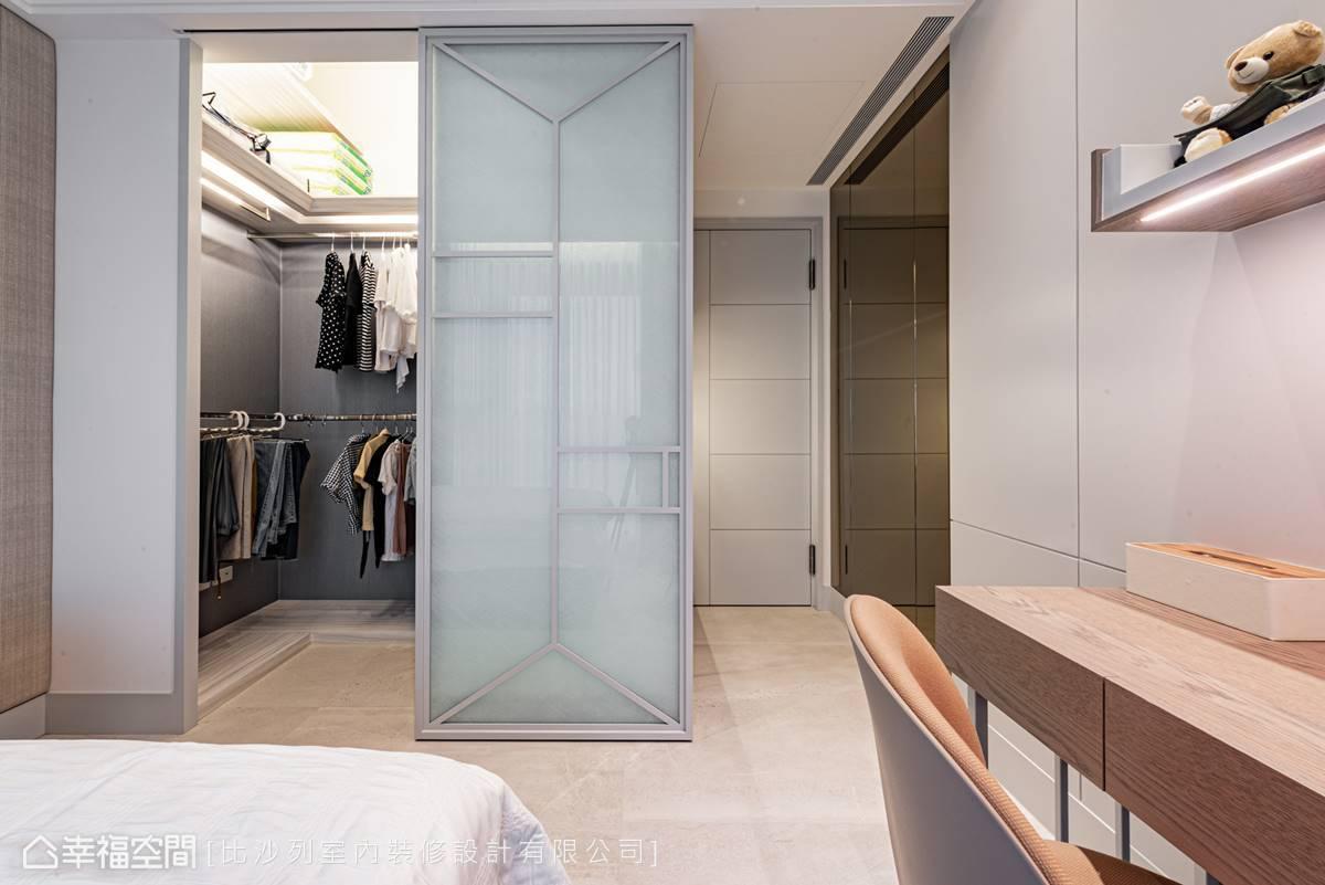 鏡面消弭廊道的狹長壓迫感,更衣室提供充足收納容積,讓使用者輕鬆整理衣物,每日穿出不同風情。