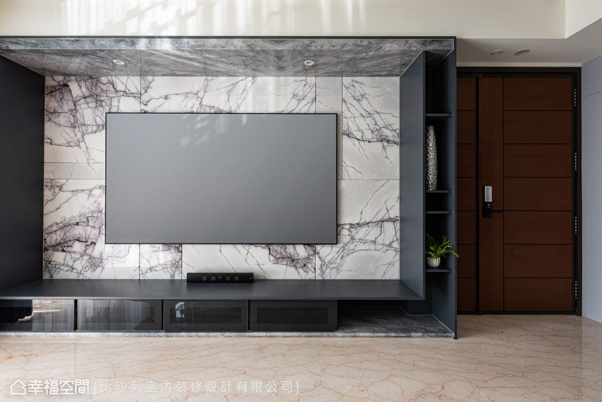 深淺不一的大理石石材,分別鋪敘地坪與電視牆,營造視覺的層次感,100吋的投影布幕,更添公領域的大氣質感。