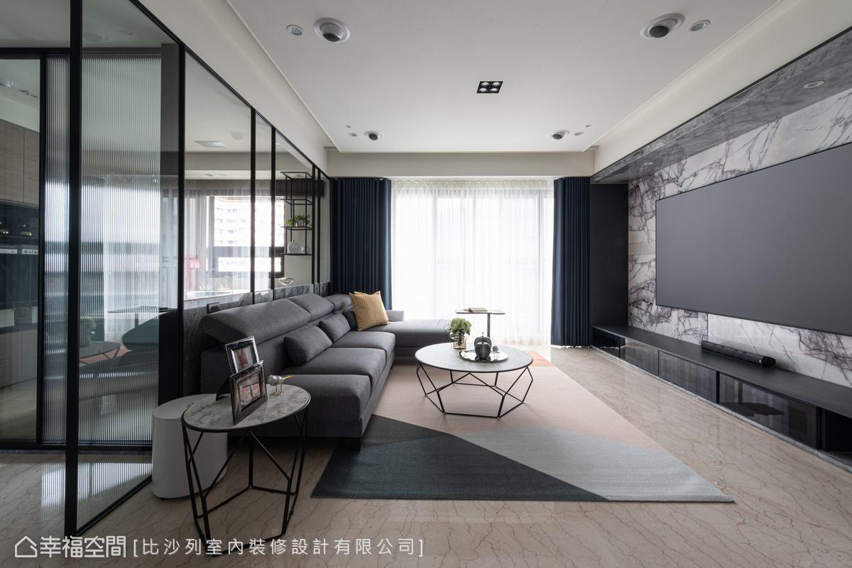 電視牆上方有一大梁,設計師以大理石包覆,由上而下延伸呈現磅礡氣勢,兩側及下方植入收納機櫃,實用與美學兼具。