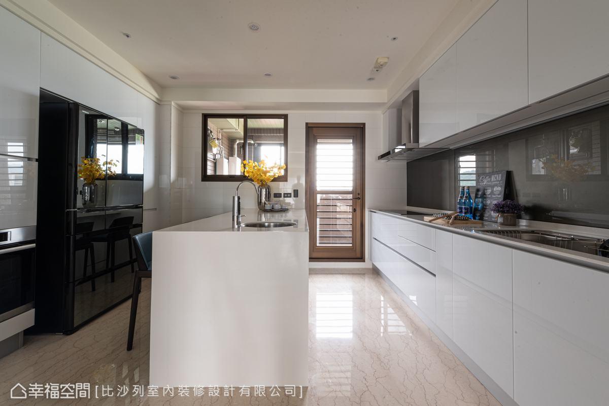 以女主人喜愛的風格,打造一體成型的白色系統櫃與中島台,構築出流暢的生活動線。
