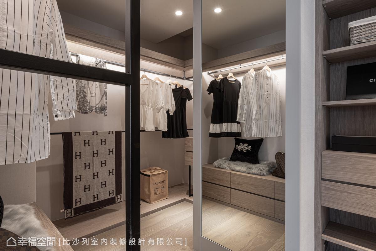 女主人夢寐以求的更衣室,設計師挪用了原本餐廳空間,將主臥往餐廳方向外推,構築出收納功能完善的更衣室空間。