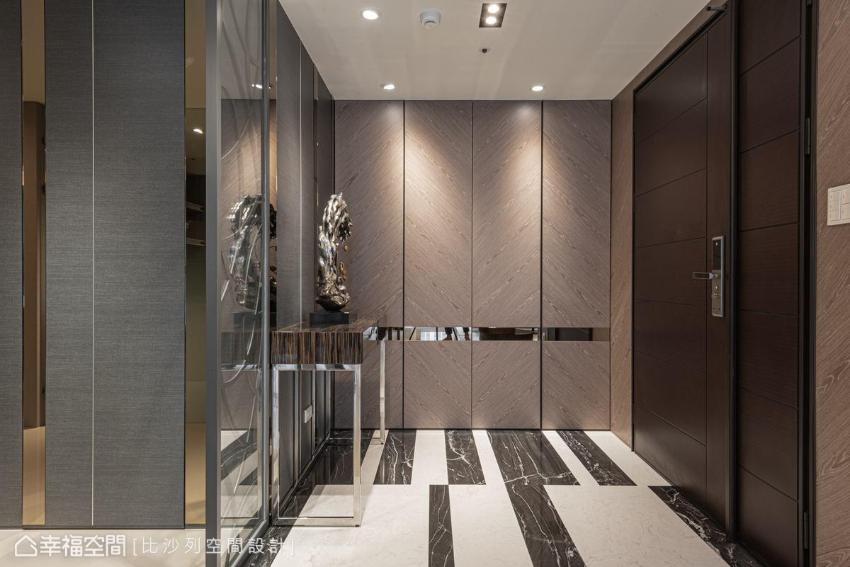 帶有粗獷紋路的石材鋪陳出輕快律動感,而鏡面及金屬的妝點則淬鍊出微奢華質感。