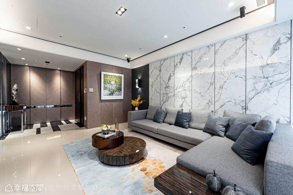 客廳以白色為基底,搭配充沛自然光源,創造明亮軒敞的零負擔視覺。