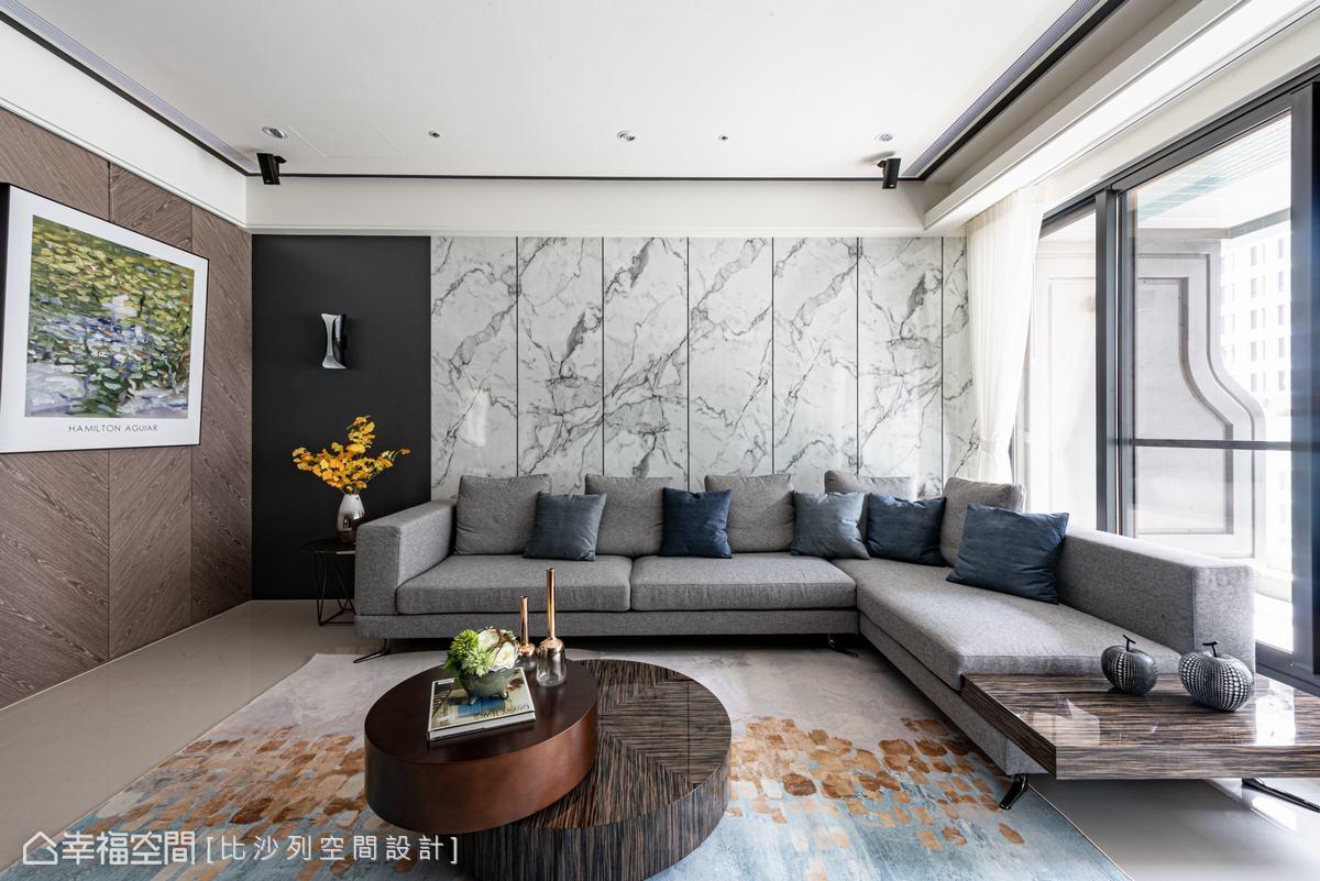 沙發背牆採用淡雅的仿石紋美耐板鋪敘大宅的敞闊氣勢,而布質沙發、木紋側牆及矮桌則注入家的溫暖,達成恰到好處的冷暖平衡。