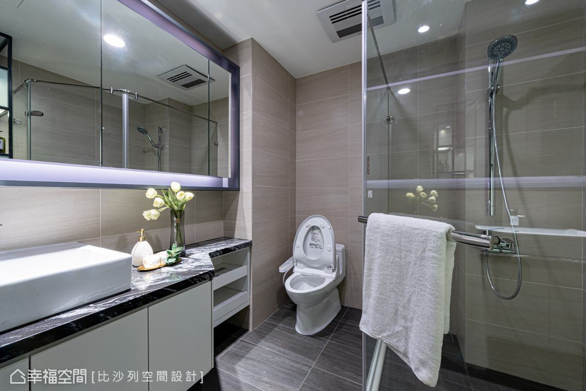 微調格局後,衛浴空間隨之變大,加上鏡面、燈條及玻璃材質的運用,呈現簡潔俐落的現代感。