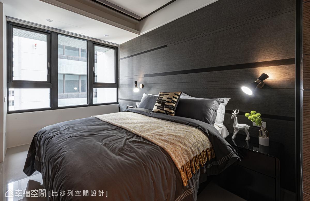 床頭背牆穿插黑色粗線條豐富牆面表情,而精工質感的壁燈,則投射出立體層次感,渲染精緻時髦氣息。