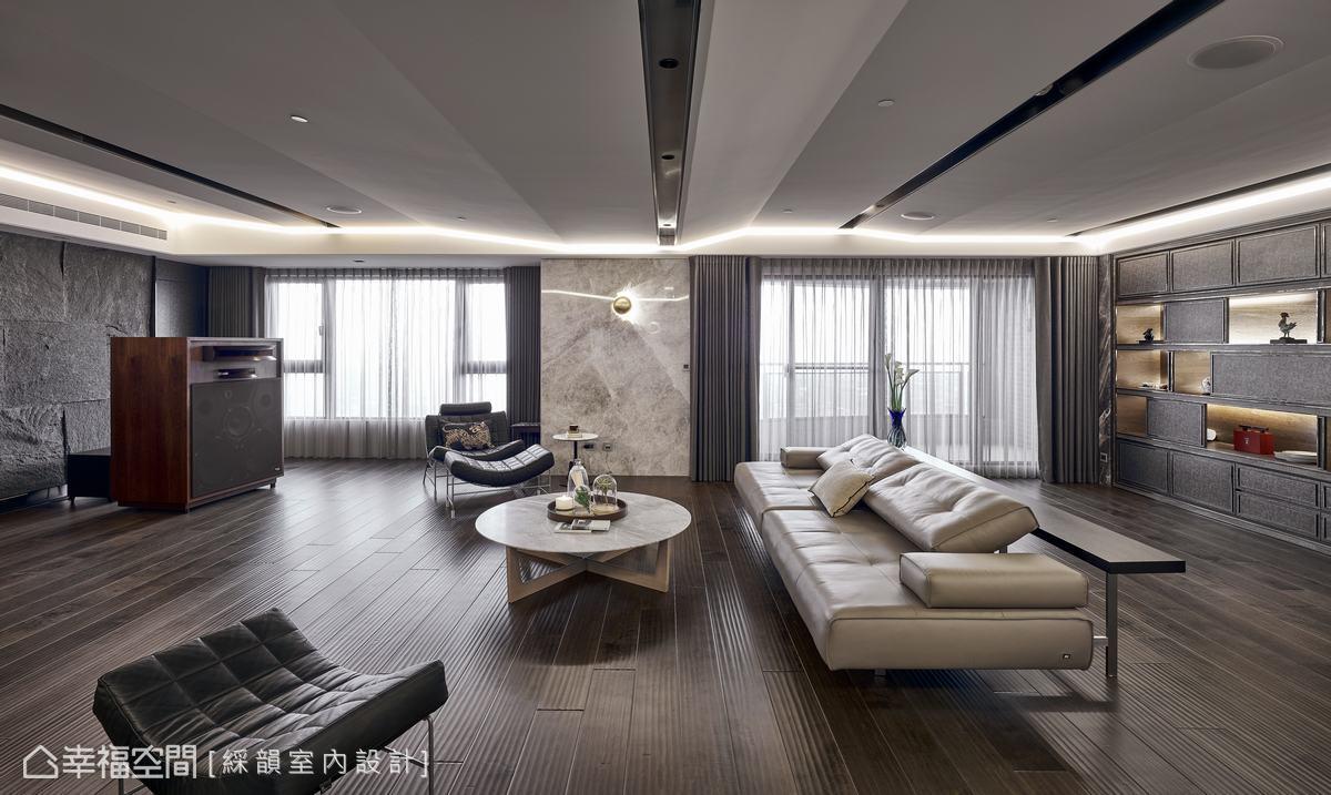 為了構築最佳視聽空間,范志聖設計師透過精細折線天花造型手法,弱化屋頂大梁的壓迫感,更藉此增加音響擴散效果,框構出令男屋主滿意的絕佳音場。