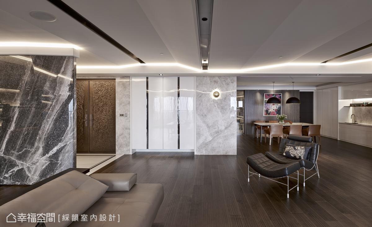 天花板側緣皆鋪排LED燈帶,滿足情境燈光的形塑,以及夜間照明的需求。
