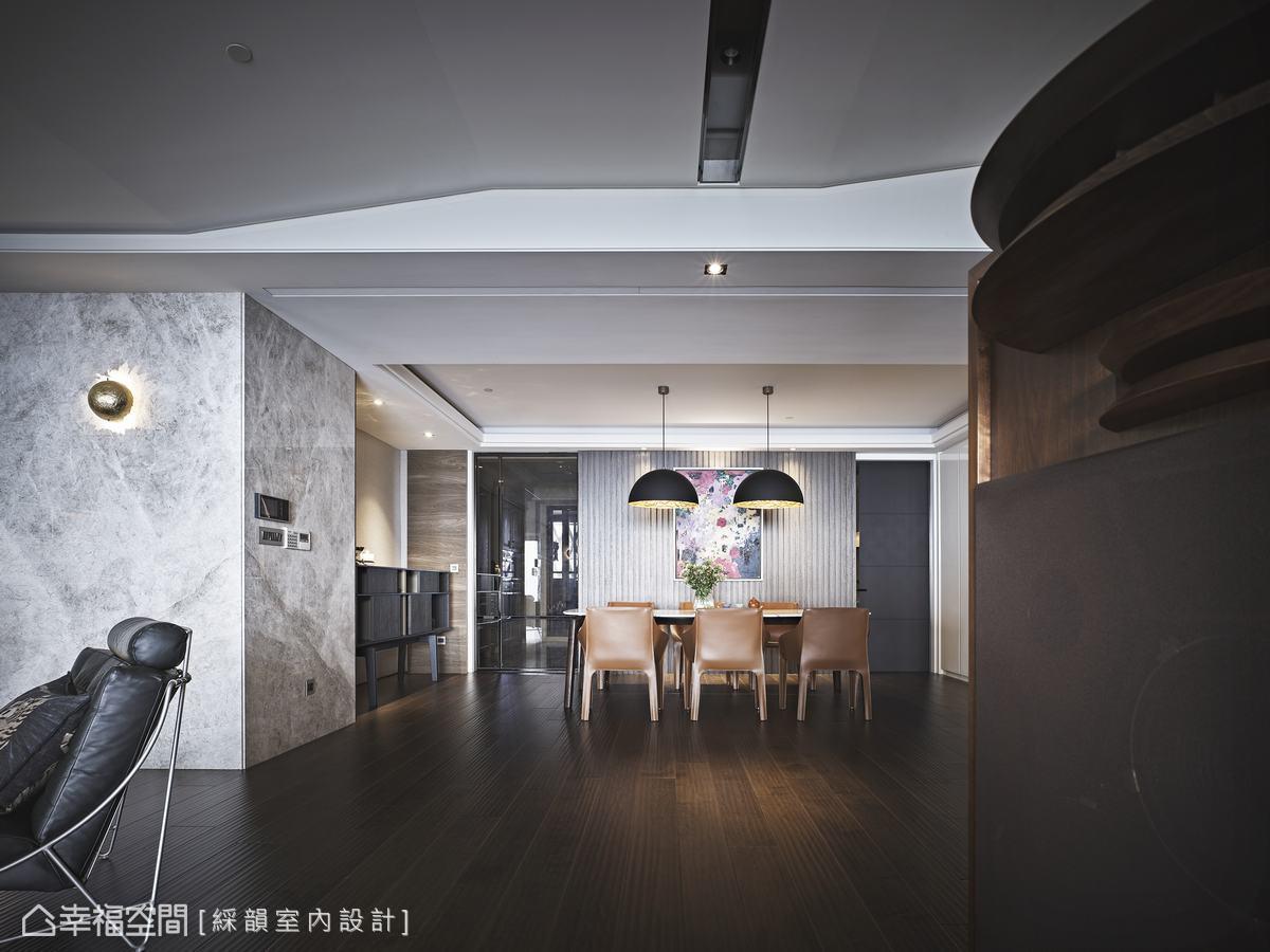 輕淺白色與溫潤木質調的空間中,選以兼具美型與機能的黑色造型收納櫃表述生活品味。