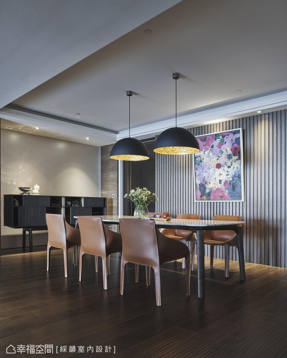 以木隔柵形塑餐廳主題牆,在兩盞黑色造型吊燈以及皮革座椅搭佐下,提升藝文氣息,烘托內斂優雅的用餐氛圍。