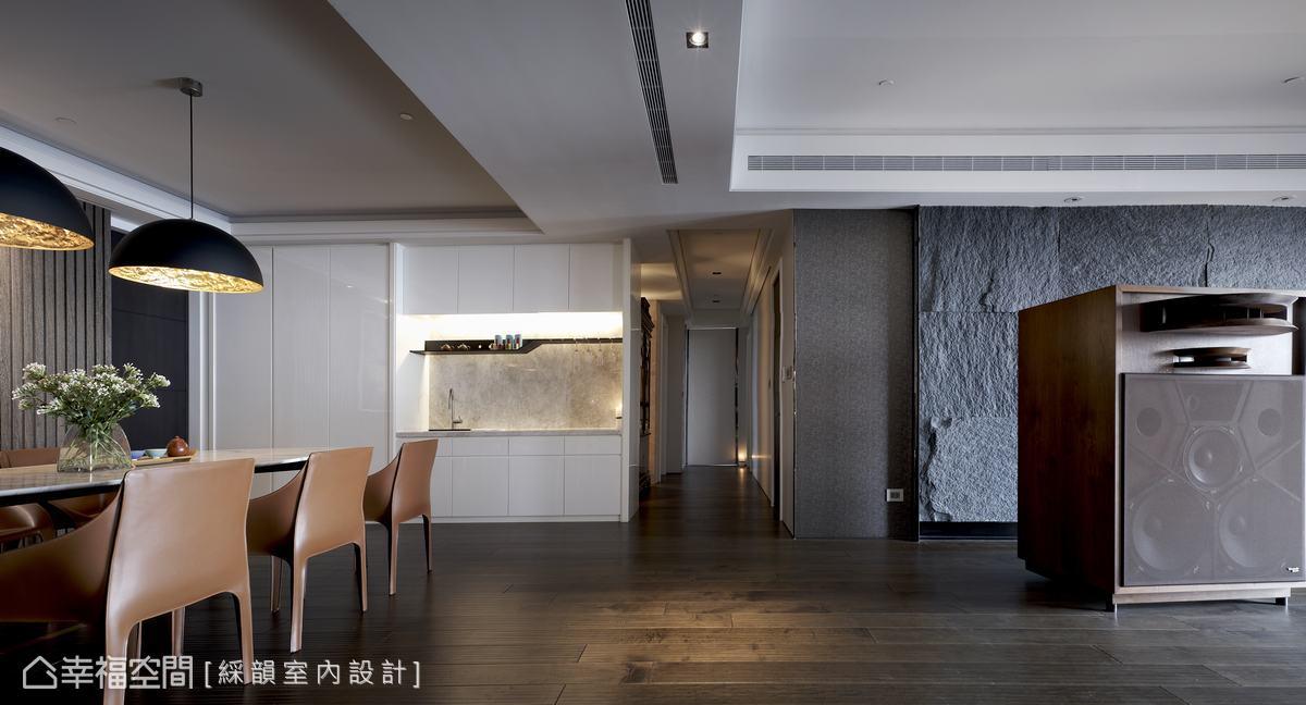 僅屋主夫妻兩人居住,空間機能上力求簡單,餐廳區配置俐落輕食備餐台有型又方便,更堆疊出居家人文層次。