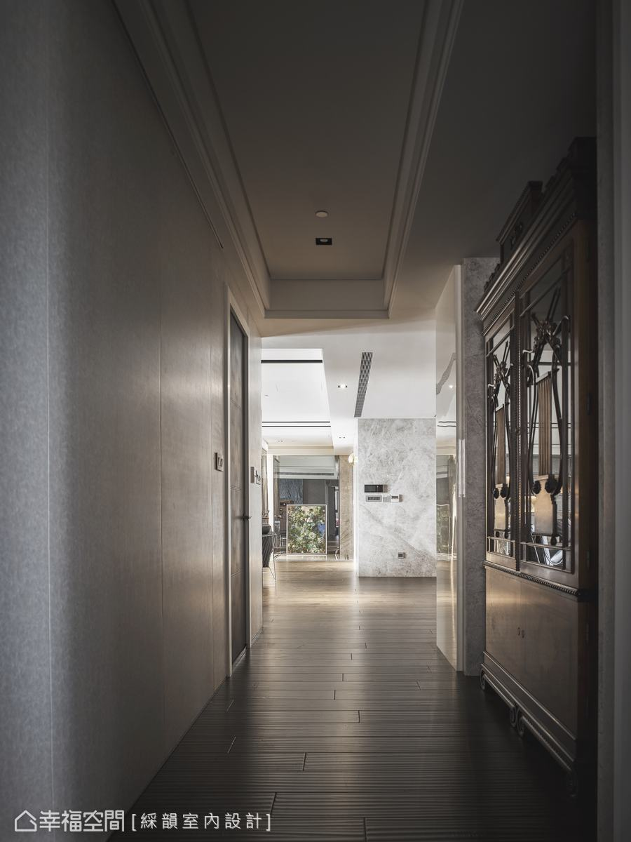 善用通往私領域的廊道空間,置放典雅的展示櫃體,增加空間收納機能。