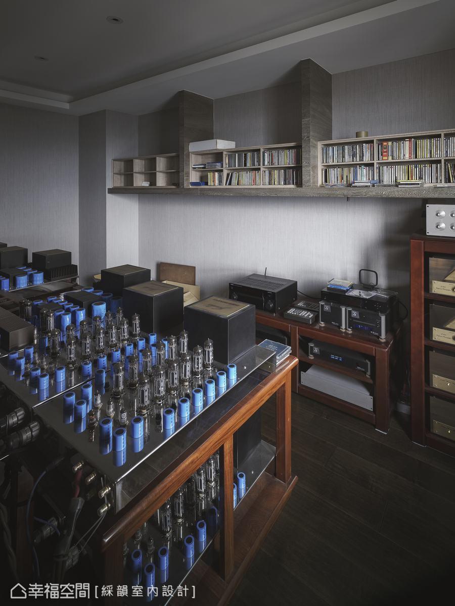 設計團隊規劃設備室,以滿足身為音響發燒友的男屋主擺放音響設備與唱片收藏品,在家可以隨時置身音響世界的小宇宙。