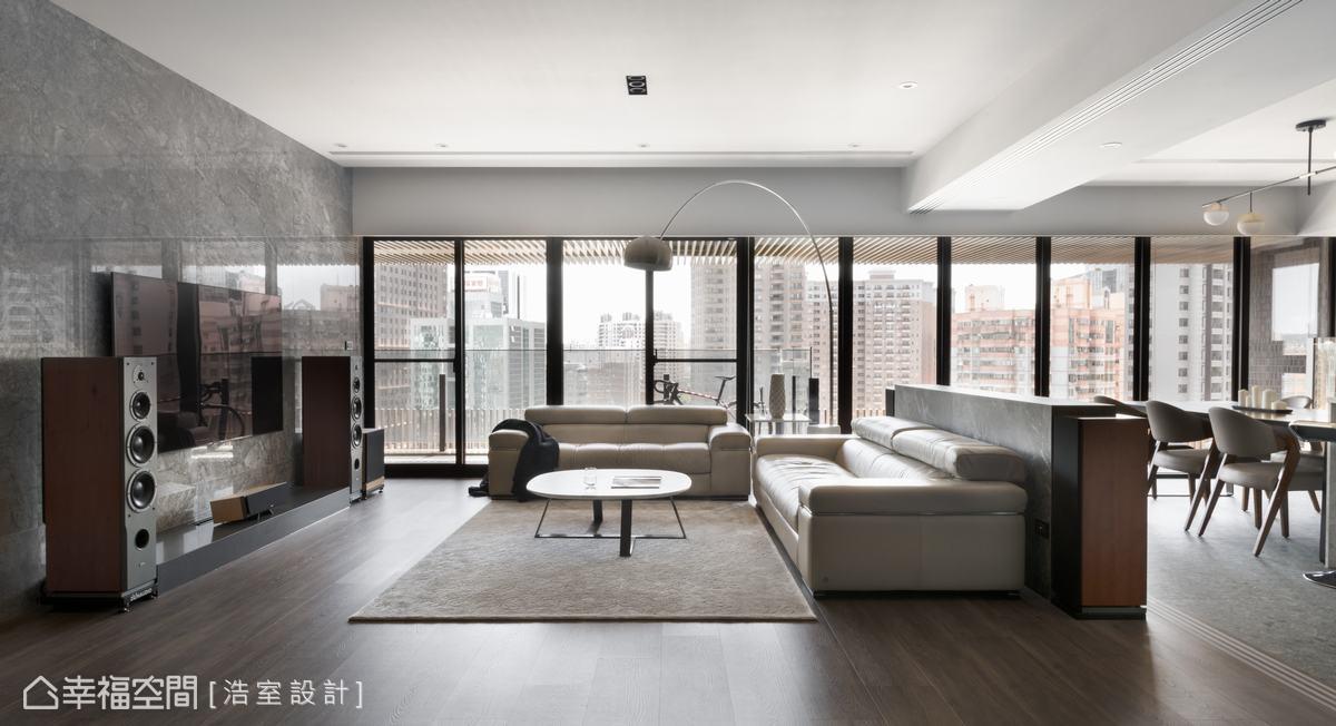 開闊的客廳區,配置3+2組合沙發,搭配家庭劇院的視聽設備,滿足一家人能自在於客廳區舒適享受生活。