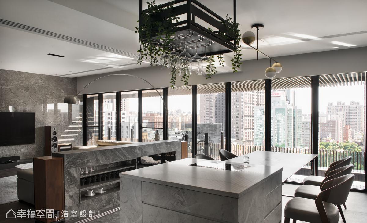 運用仿石薄磚收納櫃適當高度作為沙發背牆,滿足風水的「背要有靠」,同時也是隱形的空間隔間,靠近廚房一側則是實用的收納櫃。