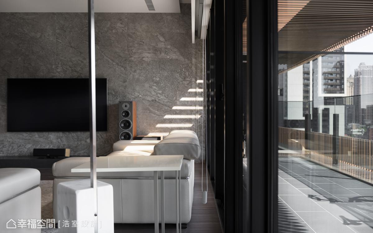 選以義大利進口的特殊仿石薄磚取代大理石,易於清潔保養不吃色。