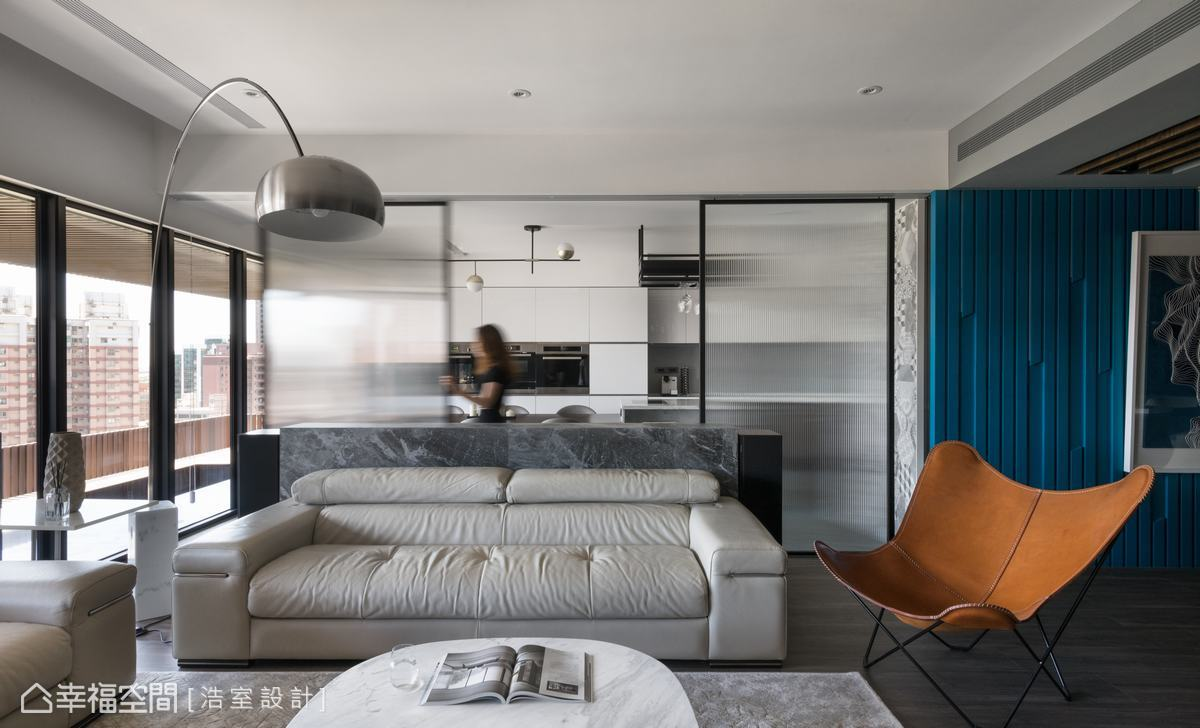 邱炫達設計師規劃了四扇長虹玻璃拉門區隔空間,並解決烹煮時油煙逸散的問題。單片式拉門,得以自由運用轉換空間型態,增添活潑空間表情。