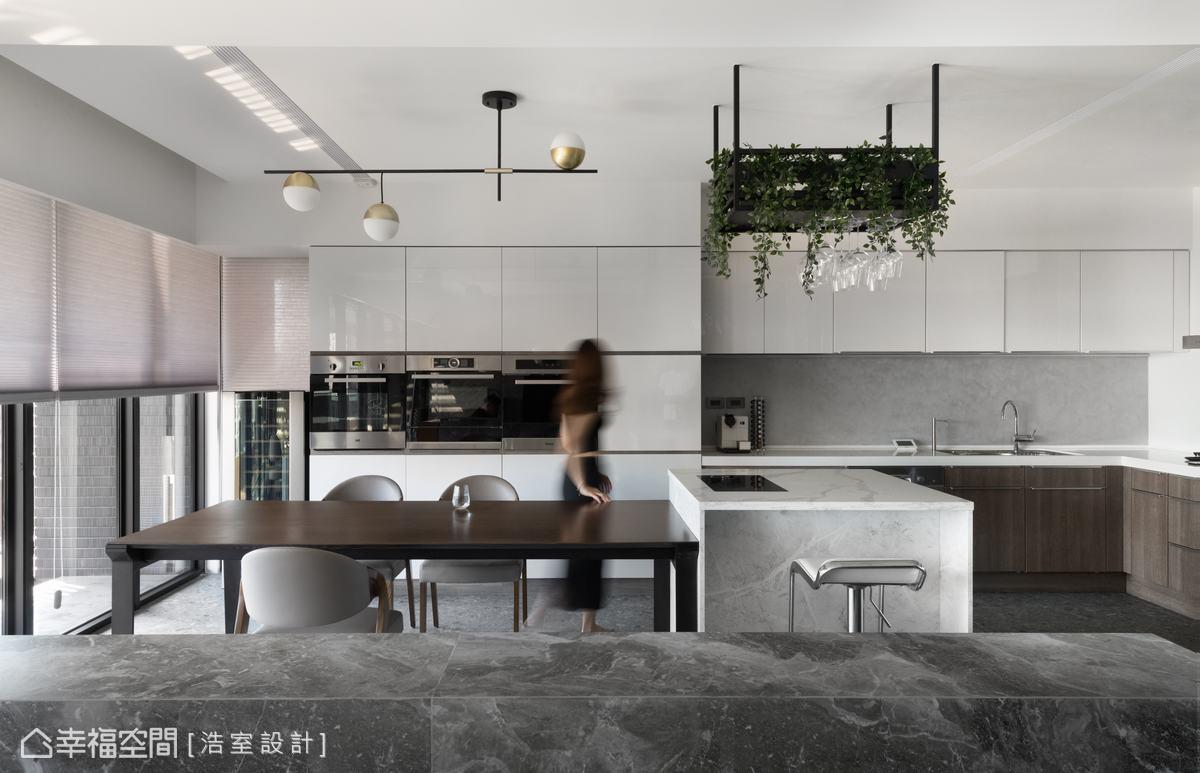 女屋主特別重視全家人的飲食健康,浩室設計特別規劃了設備齊全的廚房,提供溫馨的用餐場域。