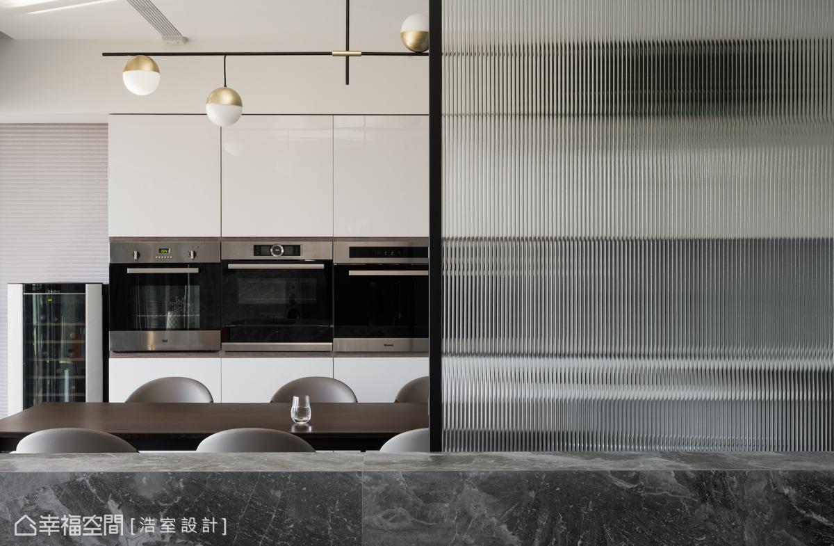 將原本封閉的廚房整個打開,並依屋主需求增設一排 電器櫃與紅酒櫃,形成寬敞舒適的餐廚環境。