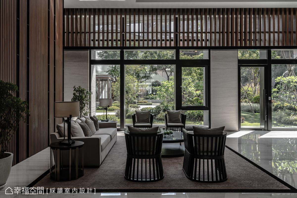 大量使用玻璃牆,向戶外借光取景,藉此將內外景緻連成一氣,拓展大廳開闊且舒適的視野。