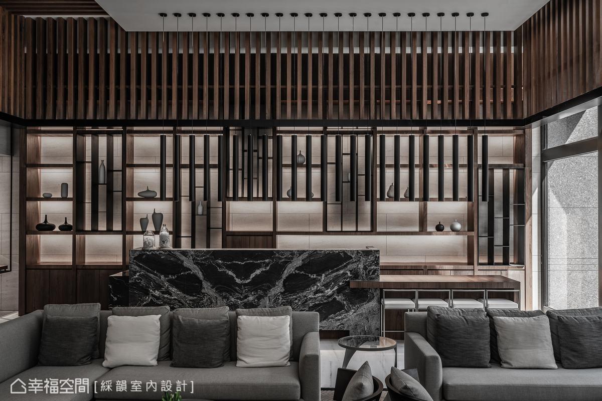 運用木作格柵、大理石與原木餐桌,共構融合藝品展示牆與休憩功能的吧台區,流瀉雍容雅緻的美學品味。