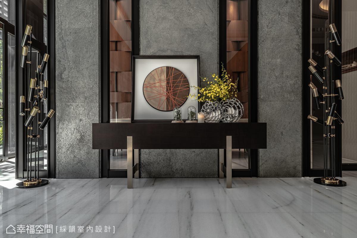 略帶穿透的牆面,匯整兩個空間中的不同材質,於一個立面縱向鋪排展演,搭配造型燈飾,表現多層次的豐富表情。