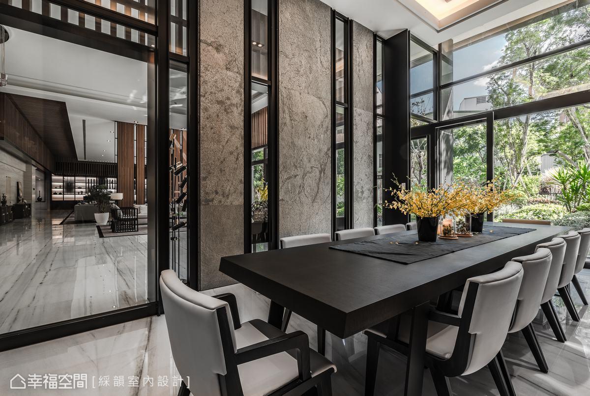大廳一側的會議室,簡約材質烘托現代風尚的俐落質韻,沉穩色調更為整個挑高空間鋪陳恢弘氣勢。