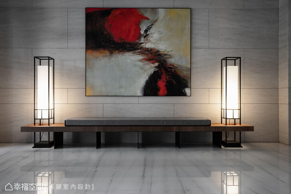 開場通透的大廳迎賓燈後區,蘊含東方雅緻的實木長椅,鑲嵌造型立燈,精巧細緻的細節鋪陳中,描摹有餘裕的從容,自持且閒雅。