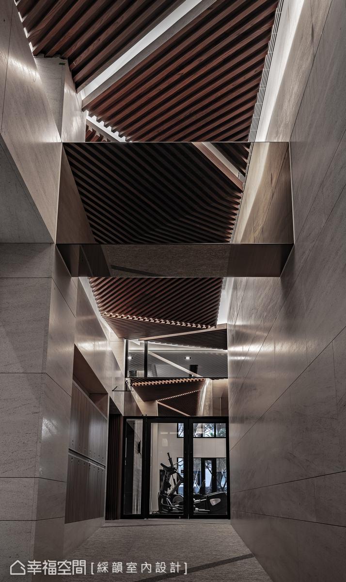 前往健身房的廊道,以金屬反射材質延展空間尺度,更顯空間的開闊感。