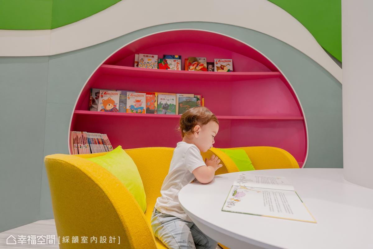 呼應多彩的造型立面,綵韻室內設計團隊特別搭配桃紅色書櫃以及鮮黃色單椅,增添空間的鮮活氣息。