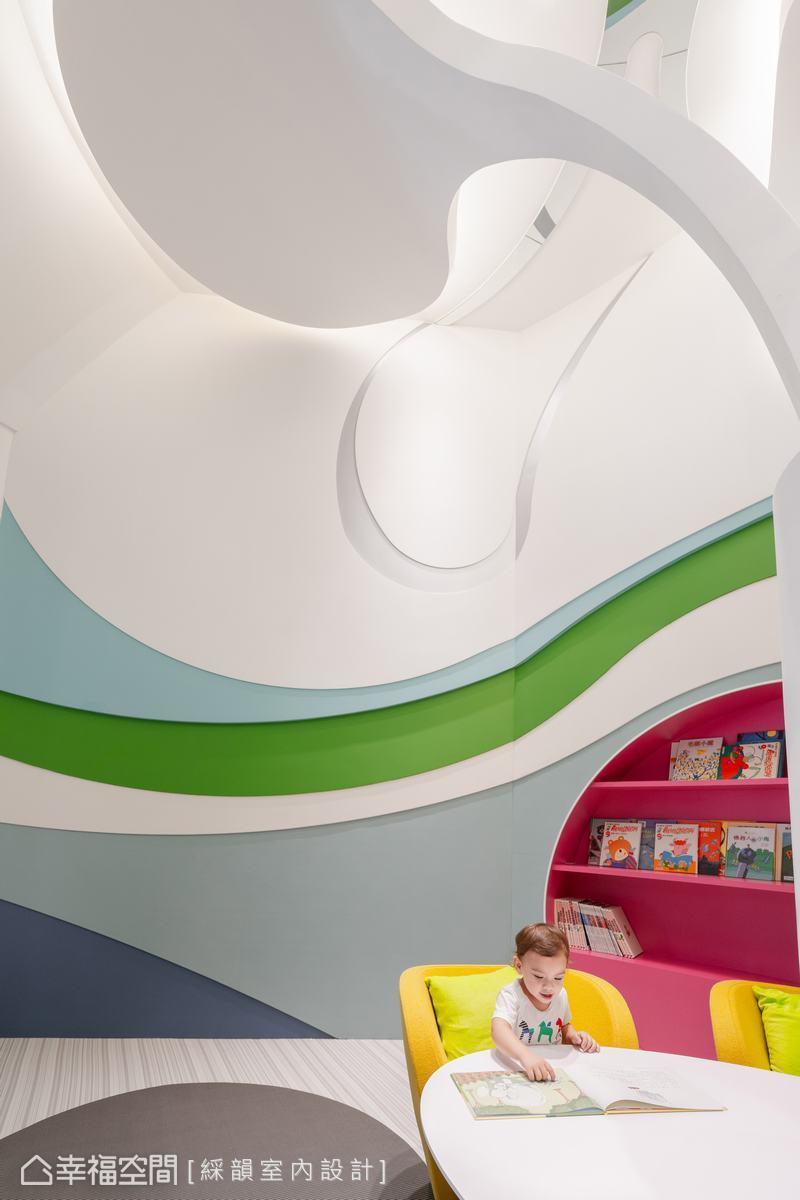 空間上方鋪敘大量白色,放大空間尺度,貼近孩子使用的區域則採用孩子偏好的紅、黃、藍、綠明亮純色,刺激孩子的視覺神經,有助想像與思考。