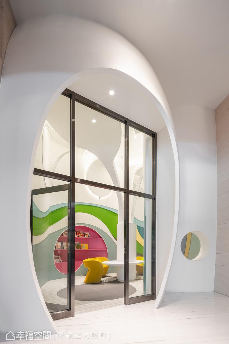 依循本有圓弧空間樣態,綵韻室內設計團隊以蛋型設計,形塑饒富童趣的社區兒童閱覽室。