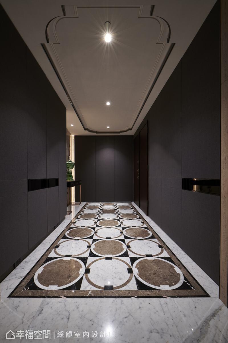以現代設計語彙鋪陳玄關,視覺聚焦簡約俐落的天地表現,強調美型機能收納,深色壁布將小型更衣室與儲藏空間隱藏其中。