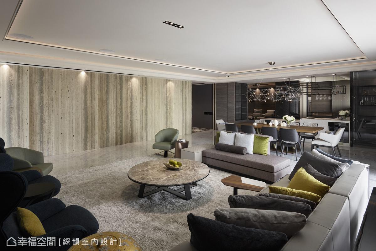 客廳鋪排了整面的灰洞石牆,特殊色彩肌理於凹圓手法及洗牆燈映照下,展現磅礡氣勢。