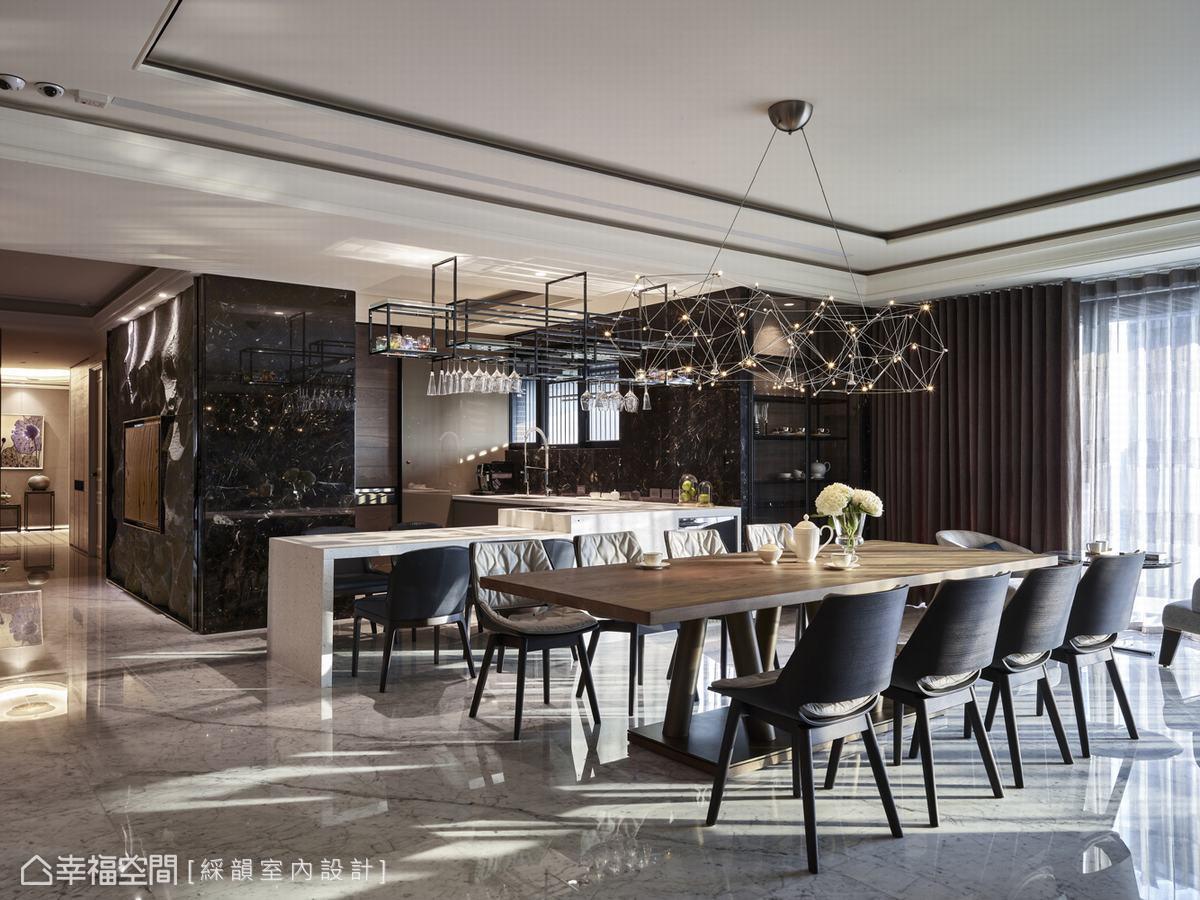 餐廚空間以玻璃拉門區隔出熱炒內廚房與外面輕食吧台,搭配10人座木質長桌,型塑雅緻舒適宴客場域。