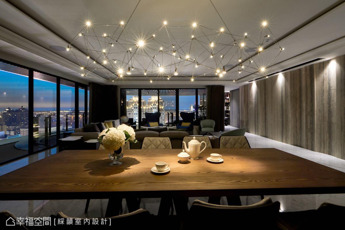 綵韻室內設計選用猶如繁星一樣璀璨的餐吊燈,佐以窗外天光街景,圍塑極具質感的用餐場域質韻。