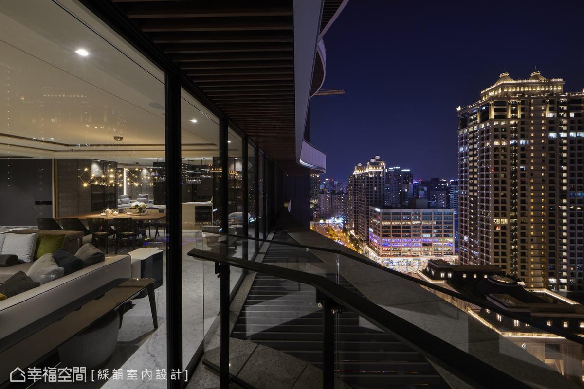 清透玻璃圍塑陽台,華燈初上,屋主即能愜意品味越夜越美麗的燦爛街景。